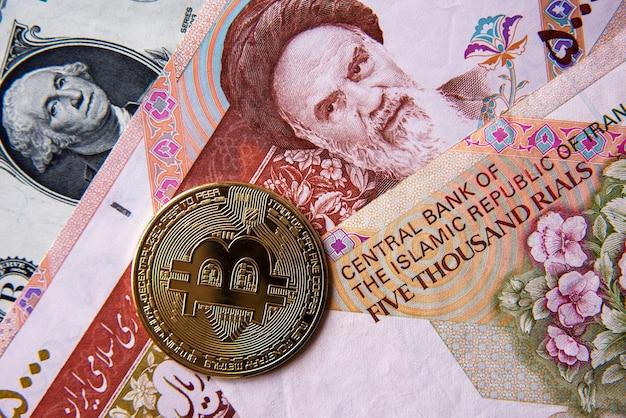 Bitcoin tegen iraanse rials en amerikaanse dollar, close-upbeeld. conceptueel beeld van digitale cryptovaluta tegen traditionele wereldmunt