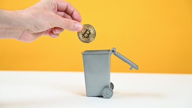 Bitcoin wordt in de prullenbak gegooid.