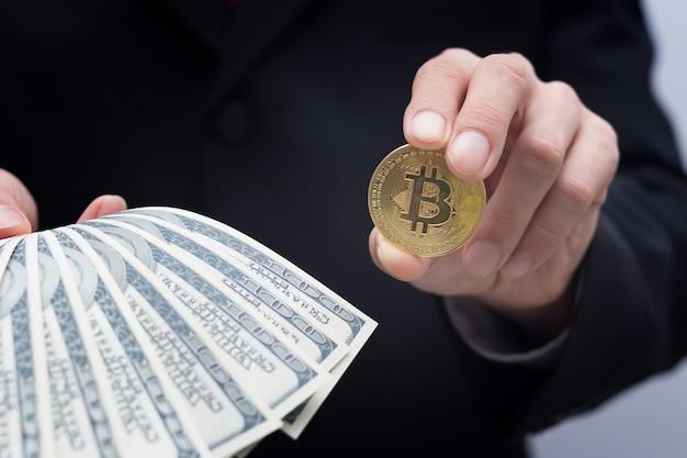 Bitcoinconcept, bedrijfshand die geld met bitcoin houden