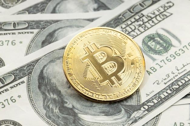 Bitcoinmuntstuk op dollarbankbiljetten. cryptocurrency op amerikaanse dollarbiljetten