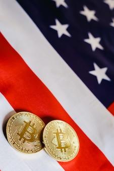 Bitcoins en amerikaanse dollarrekeningen met amerikaanse vlagmuur, exemplaarruimte.