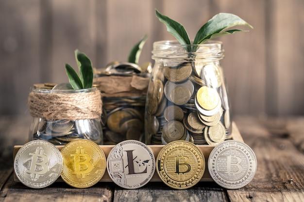 Bitcoins en potten met munten