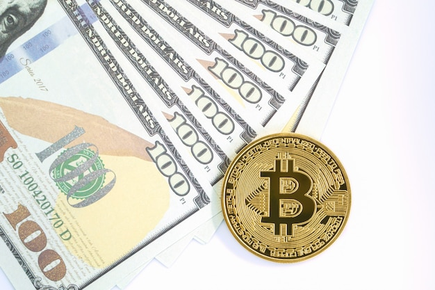 Bitcoins munt en amerikaanse bankbiljetten van honderd dollar