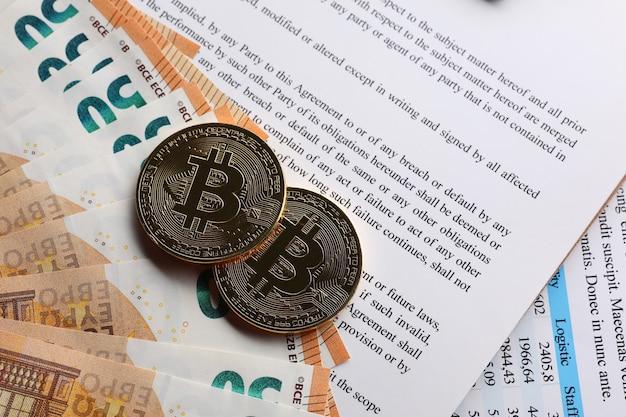 Bitcoins op document en bankbiljetten