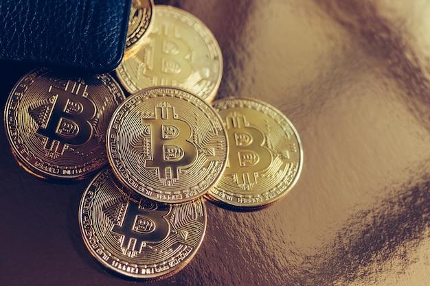 Bitcoins worden vanuit de portemonnee op tafel verspreid