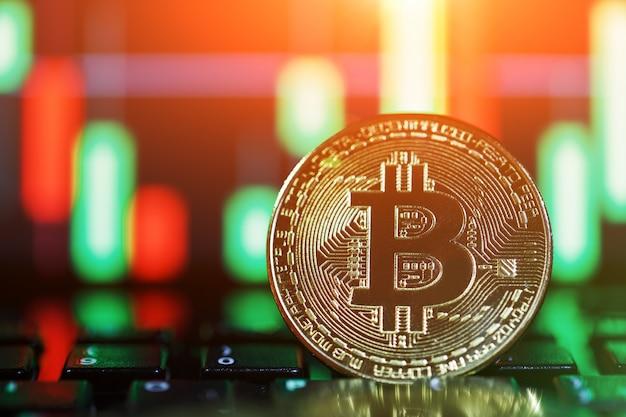 Bitcoins zijn goud met een kaarsgrafiek. gouden munt met de afbeelding van de letter b. een nieuw concept van virtueel geld.