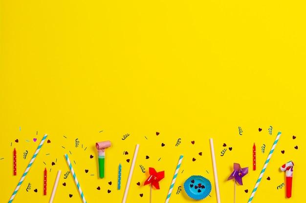 Bithday-feestdecoraties op gele achtergrond, bovenaanzicht
