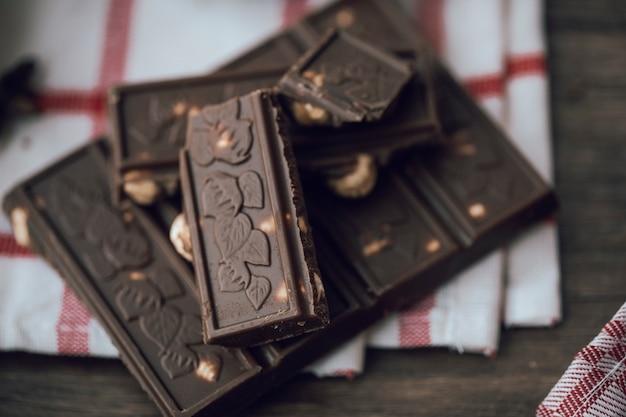 Bittere chocoladereep met noten.