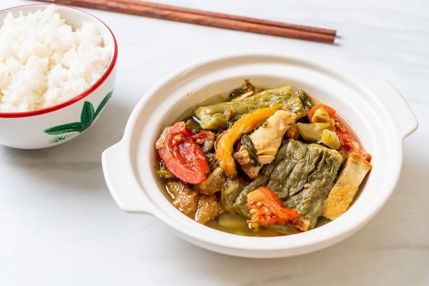 Bittere kalebas en gekonfijte mosterdgroene soep met varkensvlees
