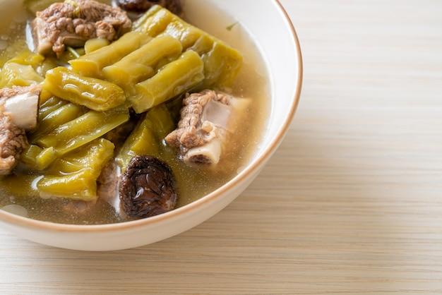 Bittere kalebas met varkensribbetjesoep - aziatische eetstijl