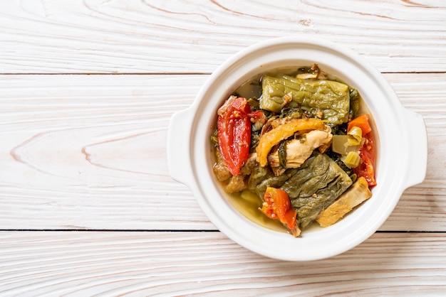 Bittere pompoen en bewaarde mosterd groene soep met varkensvlees