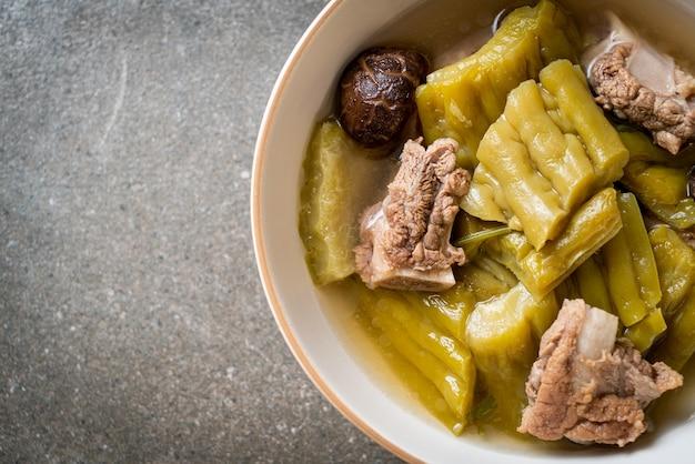 Bittere pompoen met varkensribbetjesoep - aziatische eetstijl