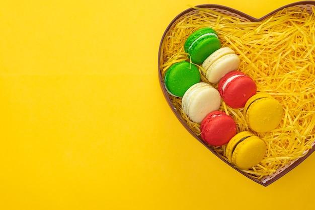Bitterkoekjes in een geschenkdoos. hartvormige doos