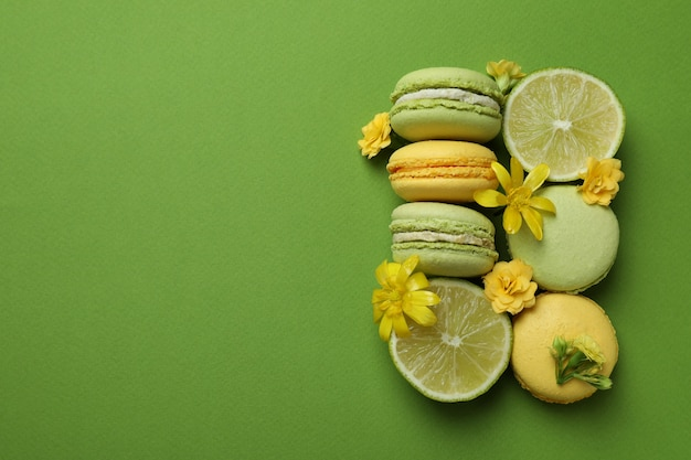 Bitterkoekjes, limoenen en bloemen op groene achtergrond