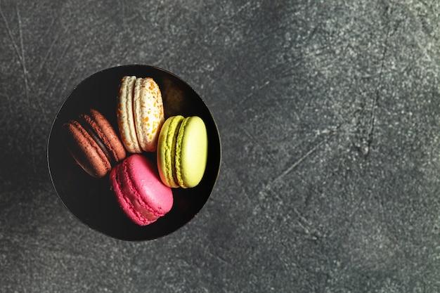 Bitterkoekjes - stapel van macaron op donkere achtergrond