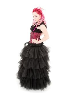Bizarre roze haarvrouw over wit met punkstijl Premium Foto