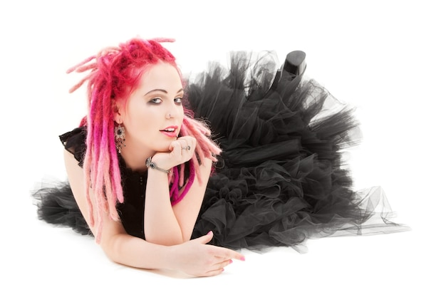 Bizarre roze haarvrouw over wit met punkstijl
