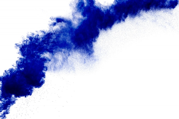Bizarre vormen van blauw poeder exploderen wolk op wit