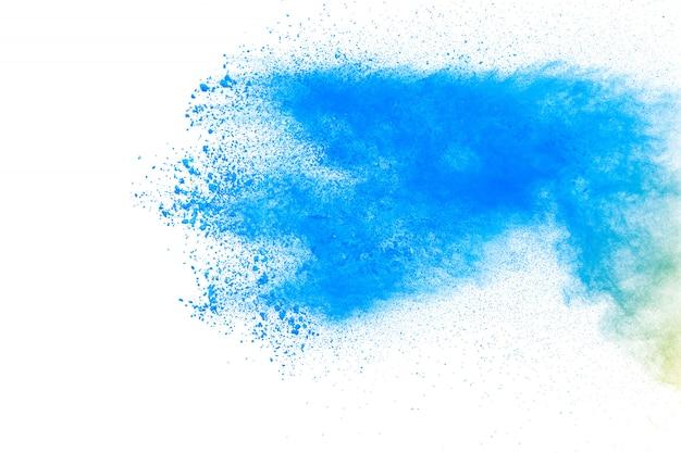 Bizarre vormen van blauw poeder exploderen wolk op witte achtergrond.
