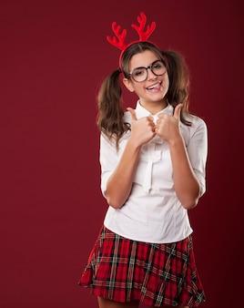 Bizarre vrouw met kerst hoorns duimen opdagen