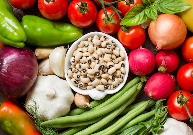 Black eyed peas in een kom en groenten bovenaanzicht