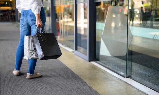 Black friday en tweede kerstdag. vrouw alleen winkelen voor nieuwe kleren en ontspannen op vakantie