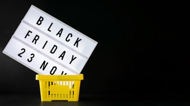 Black friday-inschrijving aan boord in het winkelen mand