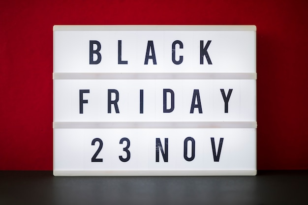 Black friday-inscriptie op groot licht bord