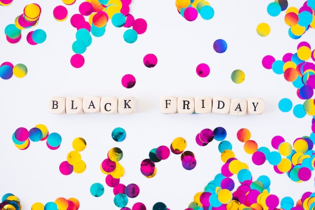 Black friday-inscriptie op kubussen met confettien