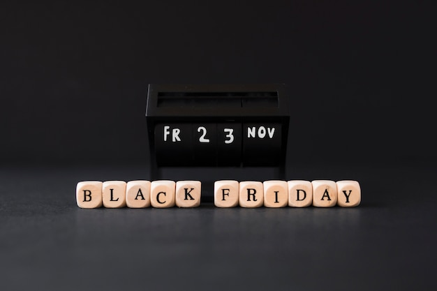 Black friday-inscriptie op witte kubussen