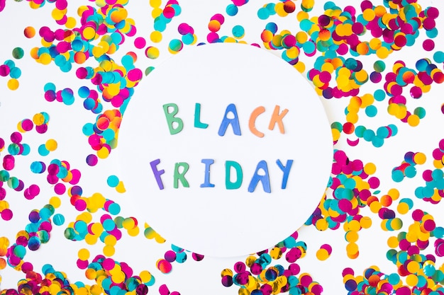 Black friday-inscriptie van document brieven met confettien