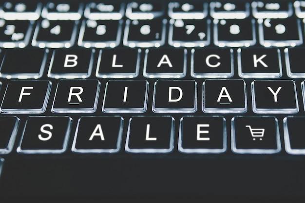 Black friday-toets op toetsenbord. e-commerce tijdens seizoensverkopen. kortingen in de online winkel. het concept van online winkelen.
