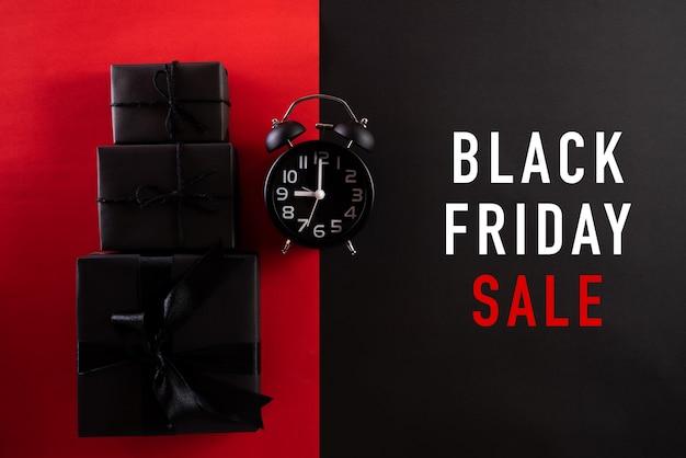 Black friday-uitverkoop met wekker en zwarte geschenkdozen