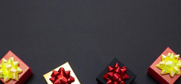 Black friday-uitverkoop. stijlvolle geschenkdozen liggen op een zwarte achtergrond. plat lag, bovenaanzicht, kopieer ruimte.