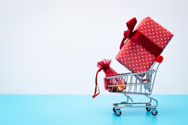 Black friday-verkoop, boodschappenwagentje en giftdoos met zakgeld