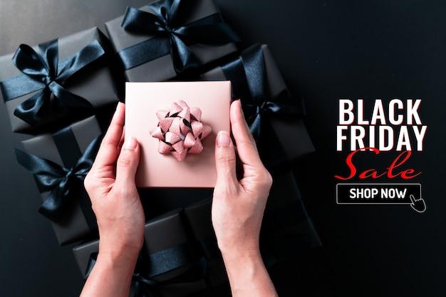 Black friday-verkoopbanner met giftdozen van de vrouwenholding