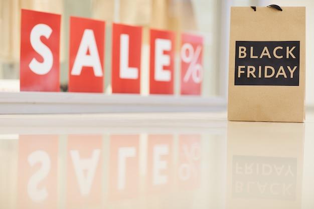 Black friday-verkoopteken en zak in kledingopslag