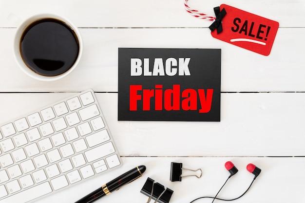 Black friday-verkooptekst op een rode en zwarte markering