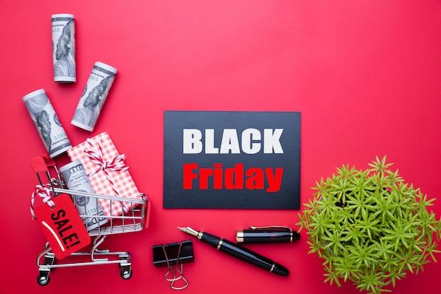 Black friday-verkooptekst op markering met broodje van de vs bankbiljetten