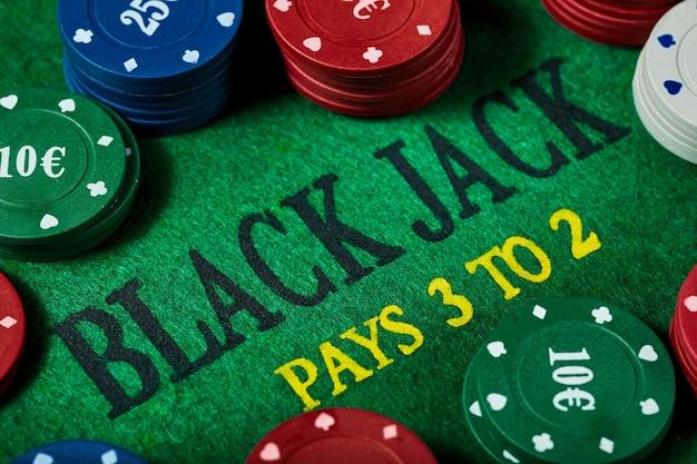 Black jack goktafel met casinofiches, close-up. casino, gokken, poker en entertainmentconcept