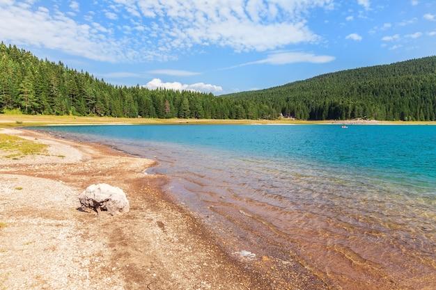 Black lake van het durmitor-gebied in montenegro.