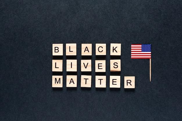 Black lives matter inscriptie op een zwarte achtergrond. amerikaanse vlag.