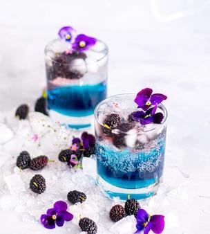 Blackberry-blauwe dranken en fruit