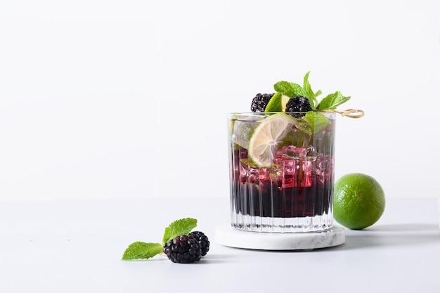 Blackberry-mojitococktail met limoen en ijsblokjes