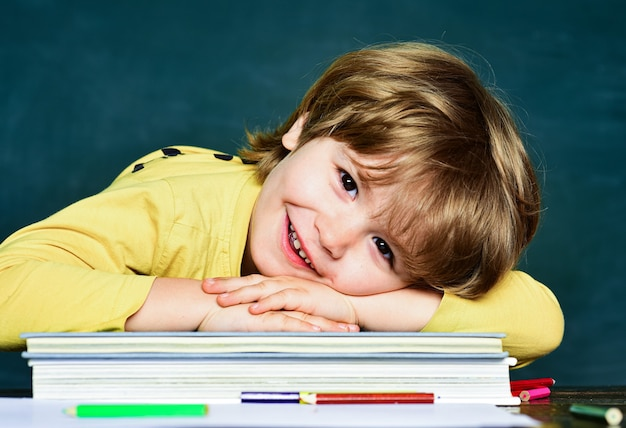 Blackboard achtergrond. blackboard kopie ruimte. eerste schooldag. gelukkig humeur breed lachend op school
