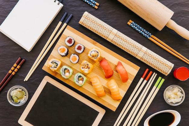Blackboard en notebook in de buurt van sushi