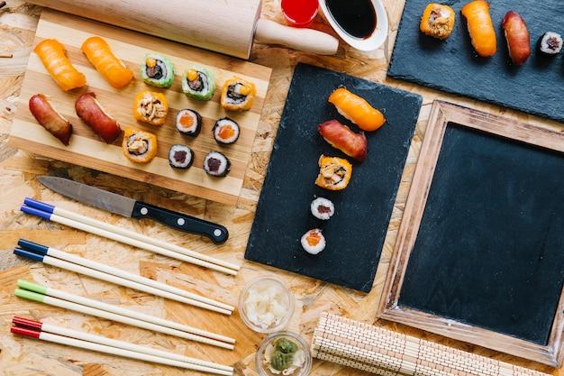 Blackboard in de buurt van sushi-set geserveerd