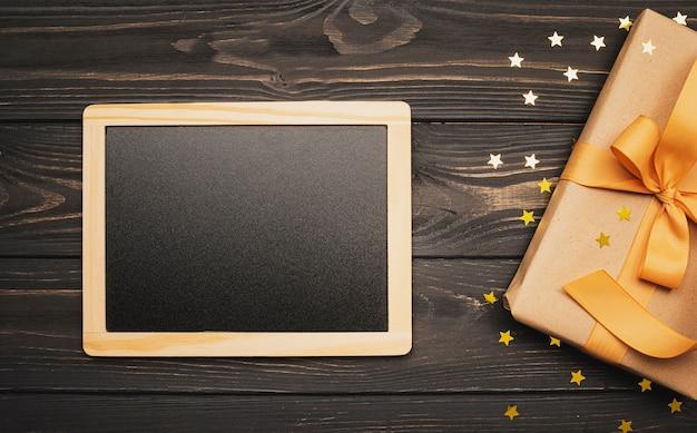 Blackboard mock-up met cadeau voor kerstmis