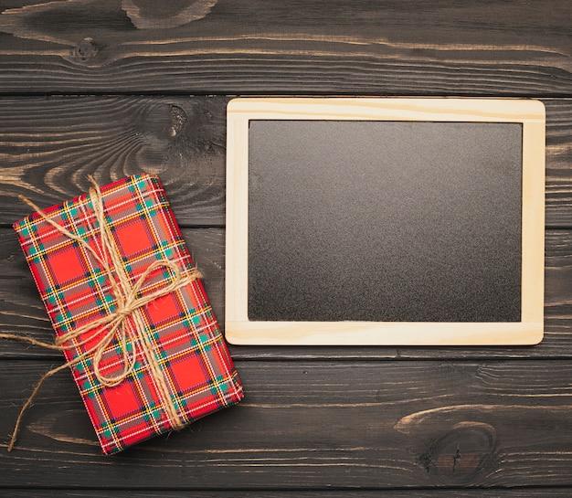Blackboard mock-up met kerstcadeau