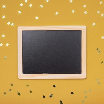 Blackboard mock-up voor kerstmis met gouden sterren